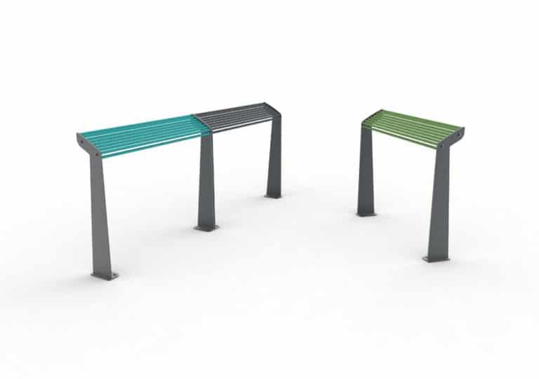 À gauche, deux assis-debout TUB bleu et gris ; à droite, un assis-debout TUB vert seul