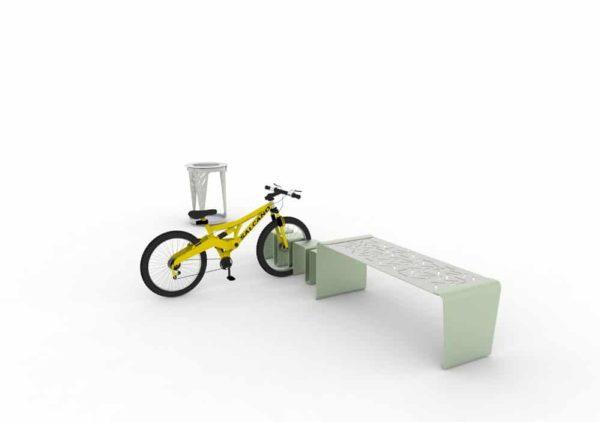 Une banquette range-vélo LUD verte, avec un vélo rangé ; en arrière-plan, une corbeille Vigipirate LUD grise