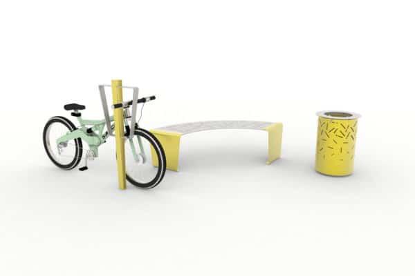 Une borne à vélo LUD jaune avec un vélo rangé, une banquette courbe LUD jaune et une corbeille LUD jaune