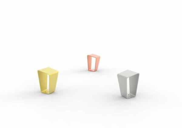 Trois bornes LUD : une jaune, une orange et une grise