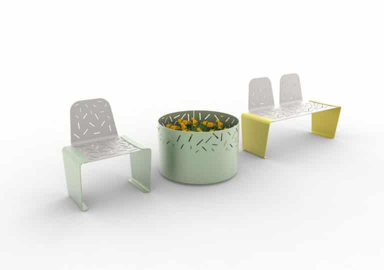 Une chaise LUD verte, une jardinière LUD verte et un banc LUD avec deux dossiers jaune