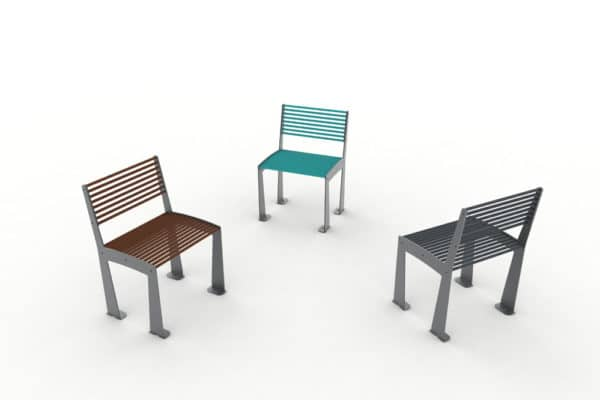 Trois chaises TUB : une marron, une bleue et une grise