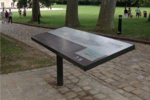 Photographie d'un pupitre et table de lecture MASSILIA dans un environnement réel : ici, sur des pavés en pierre dans un lieu touristique