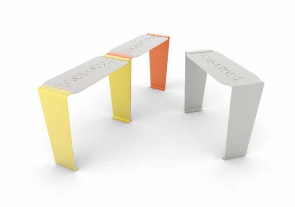 Trois tables bar LUD : une jaune accolée à une orange, et une grise seule