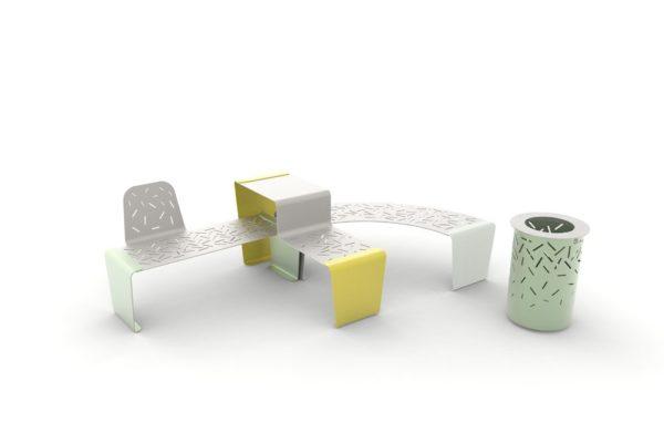 Une table gigogne LUD jaune, un banc LUD avec un seul dossier vert accolé à une banquette courbe LUD grise ; à droite, une corbeille LUD verte
