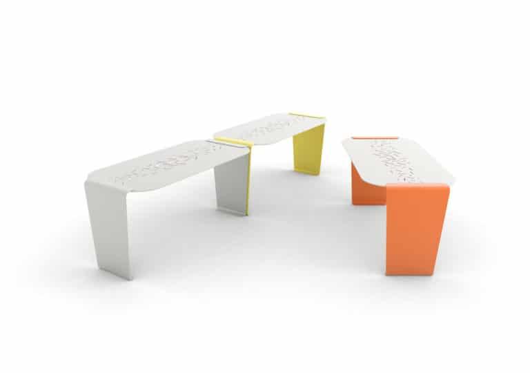 Trois tables LUD : une grise et une jaune accolées ; et une orange seule