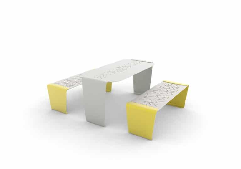 Une table LUD grise avec deux banquettes LUD jaunes