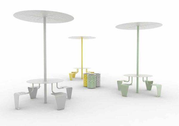 Trois tables pique-nique abritées LUD : une grise, une jaune et une verte ; entre elles, trois corbeilles LUD jaune, verte et grise