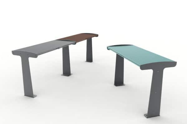 À gauche, deux tables TUB grise et marron accolée ; à droite, une table TUB bleue