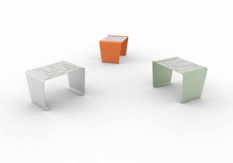Trois tabourets LUD : un gris, un orange et un vert