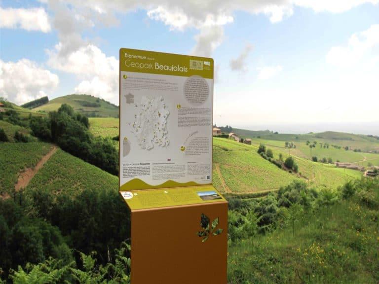 Un totem Icare dans un environnement réel : ici, à Geopark, dans de la verdure