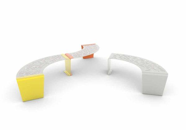 À gauche, deux banquettes circulaires LUD (une jaune et une orange) ; à droite, une banquette circulaire LUD grise seule