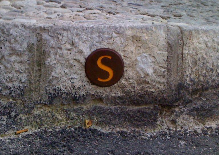 Un clou de jalonnement incrusté horizontalement dans de la roche