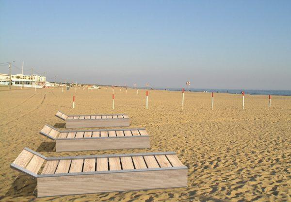 Trois bains de soleil NUT incrustés sur le sable