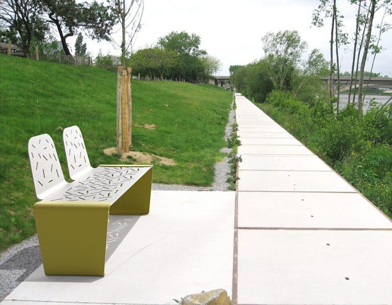 Un banc LUD jaune incrusté sur un sol en pierre, dans un parc