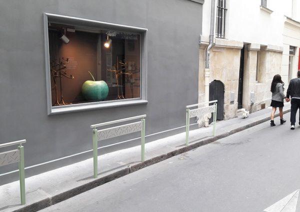 Trois barrières LUD vertes incrustées en bordure de trottoir