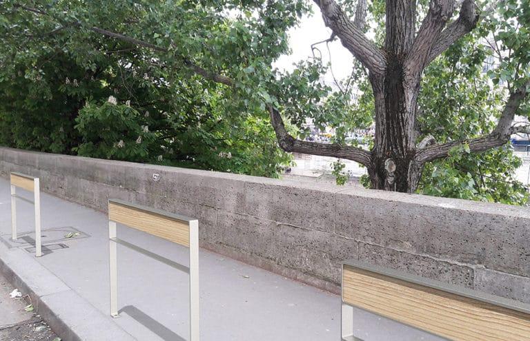 Trois barrières NUT incrustées en bordure de trottoir