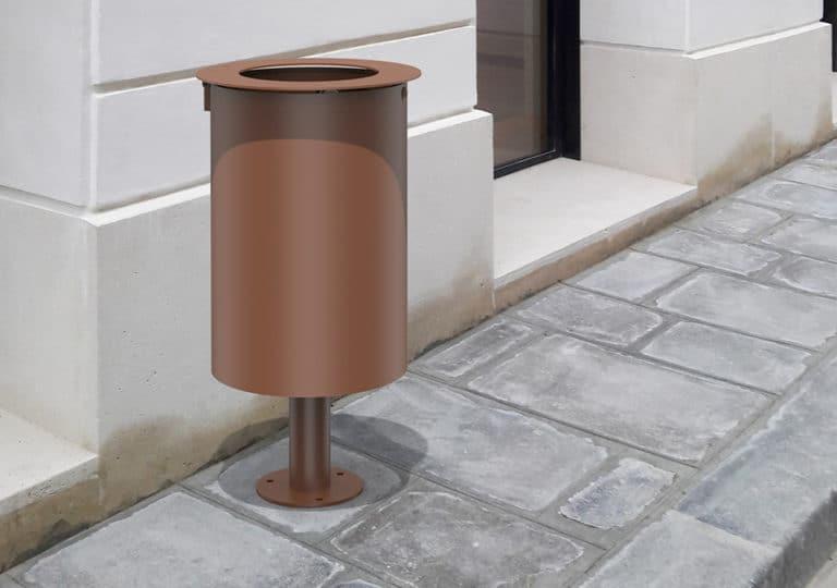 Insertion d'une corbeille Marina marron sur un trottoir