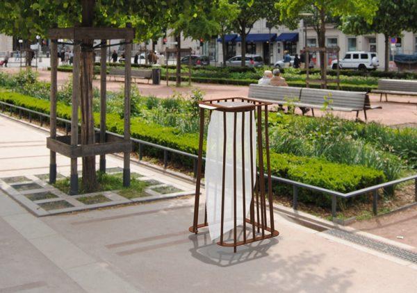 Insertion d'une corbeille Vigipirate carrée TUB marron avec sac sur une place