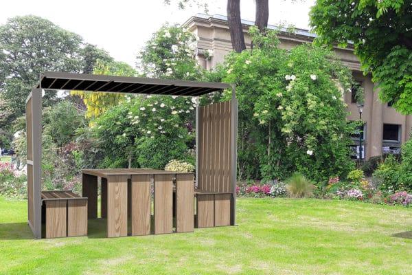 Insertion d'une table abritée NUT sur la pelouse d'un parc