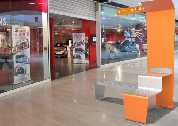 Insertion d'une table connectée LUD orange dans un centre commercial