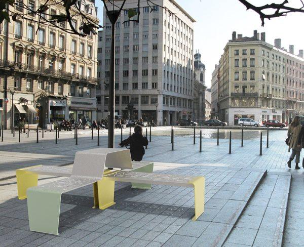 Une table gigogne duo LUD vert et deux banquettes LUD jaunes incrustées sur une place publique à Lyon
