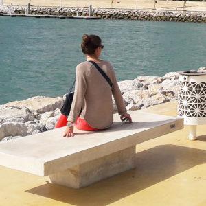 Focus sur le banc en pierre et la corbeille réalisés par Polymobyl pour la Marina de Tanger