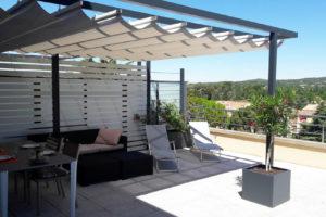 Une photographie d'une pergola urbaine 25° & Cie sur-mesure sur une terrasse