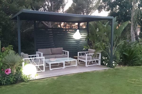 Une photographie d'une pergola urbaine 25° & Cie sur-mesure dans un jardin