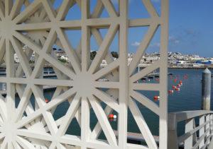 Une cloison blanche de la Marina de Tanger