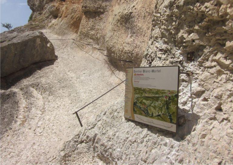 Une plaque murale Icare dans de la roche pour présenter le sentier Blanc-Martel