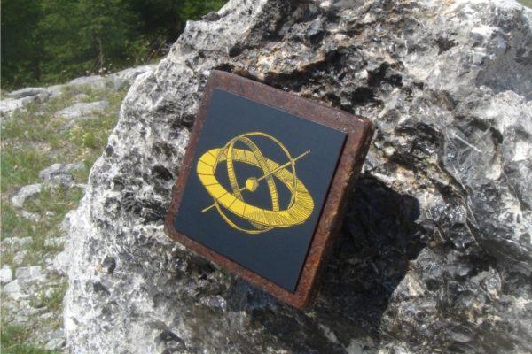 Une petite plaque murale Icare incrustée dans un rocher