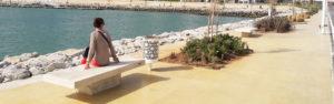 Photographie de la Marina de Tanger, presque finalisée et vide, avec un banc et une corbeille réalisés par Polymobyl