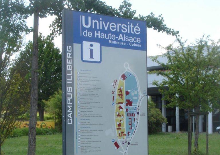 Photographie d'un totem sur-mesure Massilia à l'Université de Haute-Alsace