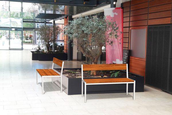 Insertion 3D de deux bancs PUR haut-de-gamme dans un centre commercial