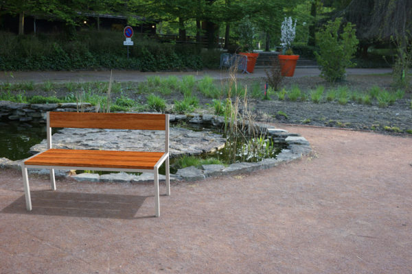 Insertion 3D d'un banc PUR haut-de-gamme dans un petit parc