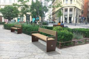 Insertion 3D de deux bancs XL CUB dans un environnement réel, ici une place urbaine