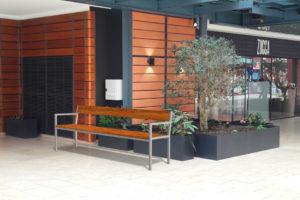 Insertion 3D d'un banc XL PUR dans sa variante haut-de-gamme dans un centre commercial