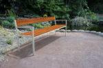 Insertion 3D d'un banc XL PUR dans sa variante haut-de-gamme dans un petit parc