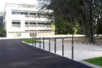Quatre barrières CUB alignées dans un environnement réel, au bord du trottoir ici