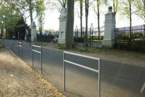 Insertion 3D de barrières PUR en acier inoxydable sur le bord d'une route