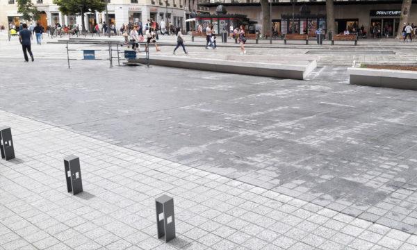 Insertion 3D de bornes CUB grises dans une rue piétonne