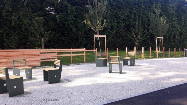 Insertion 3D de plusieurs chaises CUB dans un environnement réel, ici un parc public
