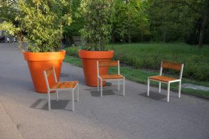 Insertion 3D dans une photographie réelle de trois chaises PUR dans leur variante haut-de-gamme