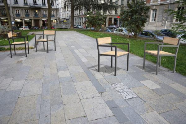 À droite en premier plan, deux fauteuils PUR se faisant face ; à gauche, en arrière-plan, deux autres fauteuils PUR