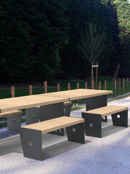 Insertion de deux tables CUB avec leurs banquettes CUB dans un environnement réel, ici un parc public