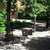 Insertion 3D de deux tabourets TUB dans un parc en milieu urbain