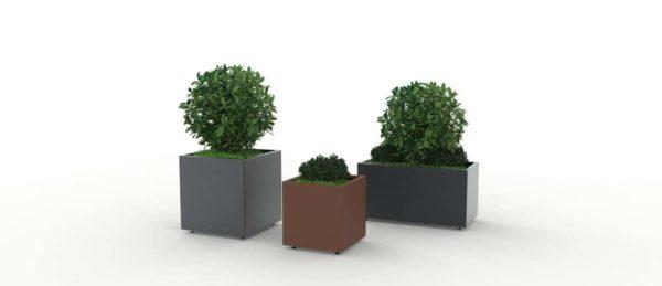 Trois jardinières CUB : un jardinière XL grise à gauche, une jardinière simple marron au milieu et une jardinière rectangulaire grise à droite