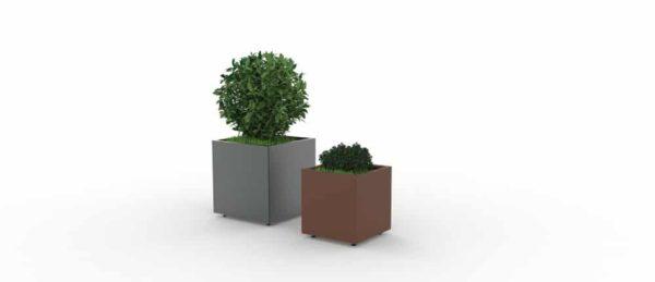 Une jardinière XL grise à gauche et une autre simple marron CUB à droite