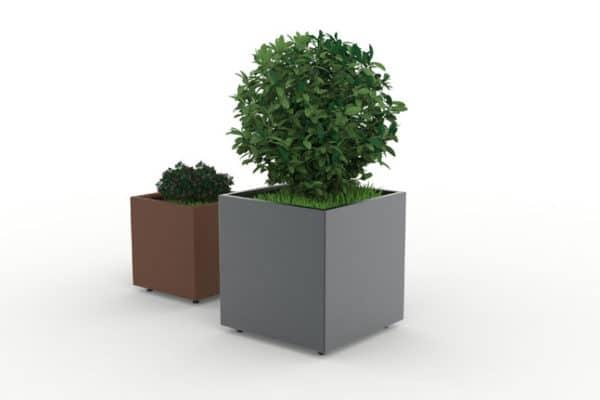 Un jardinière simple marron à gauche et une autre XL grise CUB à droite